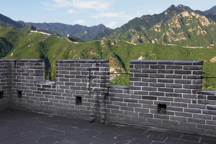 Liu Bolin hitc No-91 Great Wall Photograph 2010 (Credit: Liu Bolin)